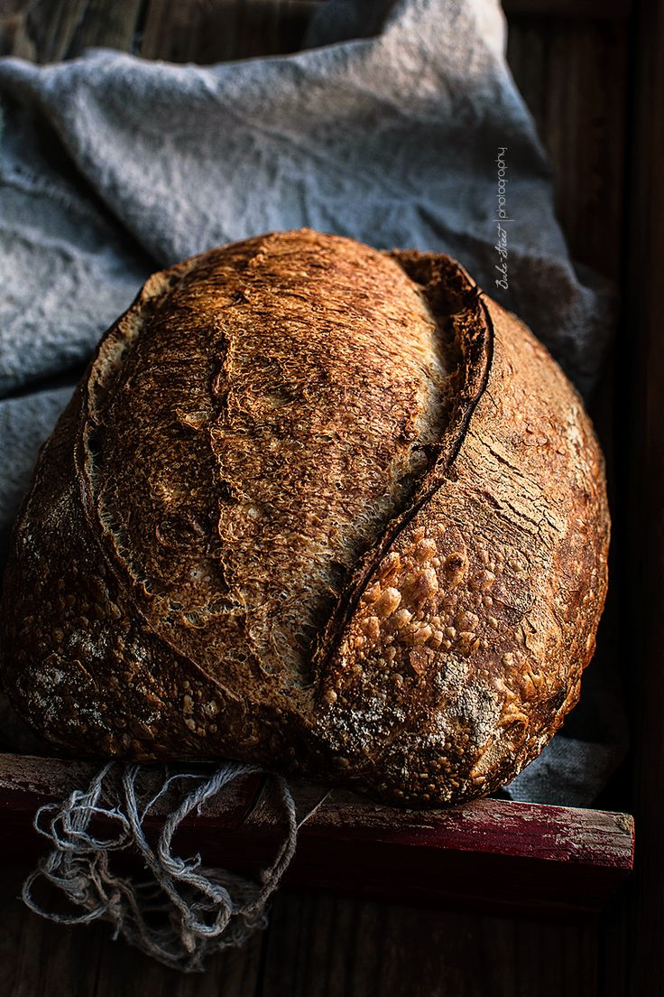 Basic bread, my first sourdough bread. How to make your first homemade sourdough bread, all the process with tips, doubts and answers. My Daily Bread, Different Types Of Bread, Spoon Bread, Pan Relleno, Breakfast Bread Recipes, Bread Art, Dark Food Photography, Rustic Bread, Eat Seasonal