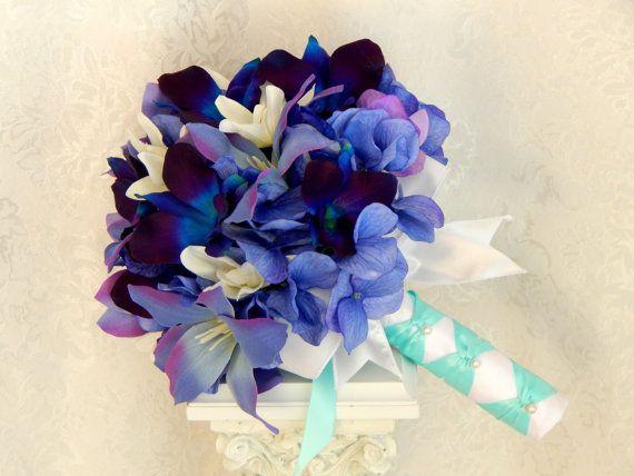 Vue d'ensemble Fait main Matériaux : orchidées dendrobium bleu, orchidées pourpres, orchidées dendrobium teints à la main, hortensias, tigrés, ruban de satin bleu