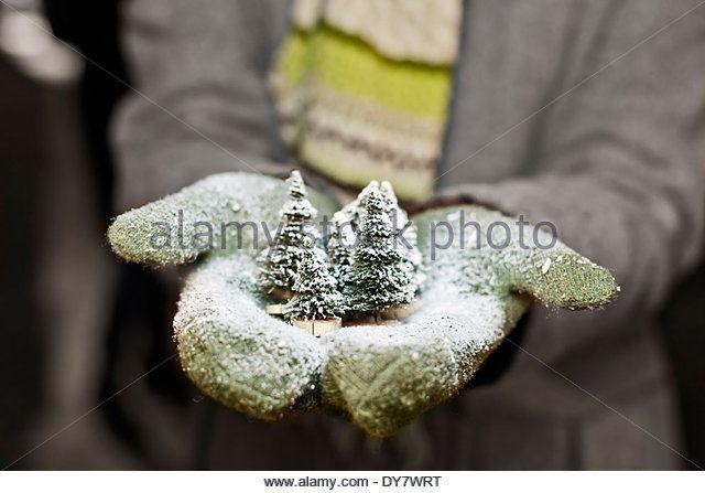 Молодая женщина с перчатки, холдинг рождественские украшения, частичный вид - Ключевые слова