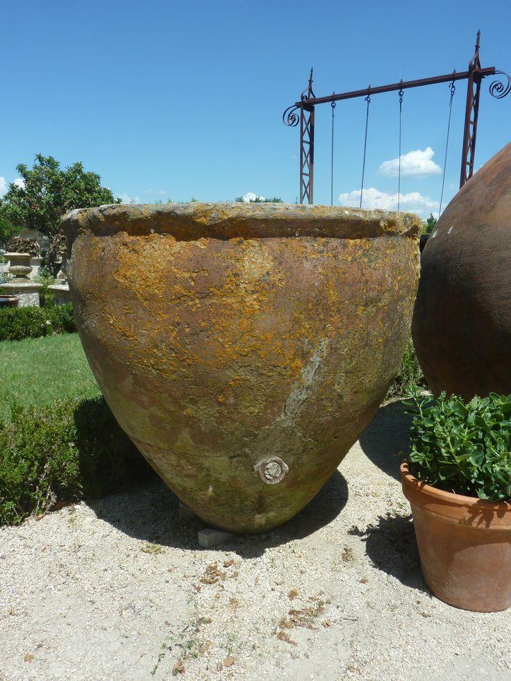 Voici une belle et élégante jarre ancienne en terre cuite. Datée du 19ème siècle et entièrement réalisée à la main par un artisan potier de l'époque, elle servait de récipient pour conserver l'huile d'olive à sa sortie du pressoir.