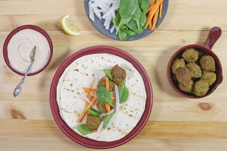 Wraps de falafel, houmous de haricots blancs et pickles de navet.