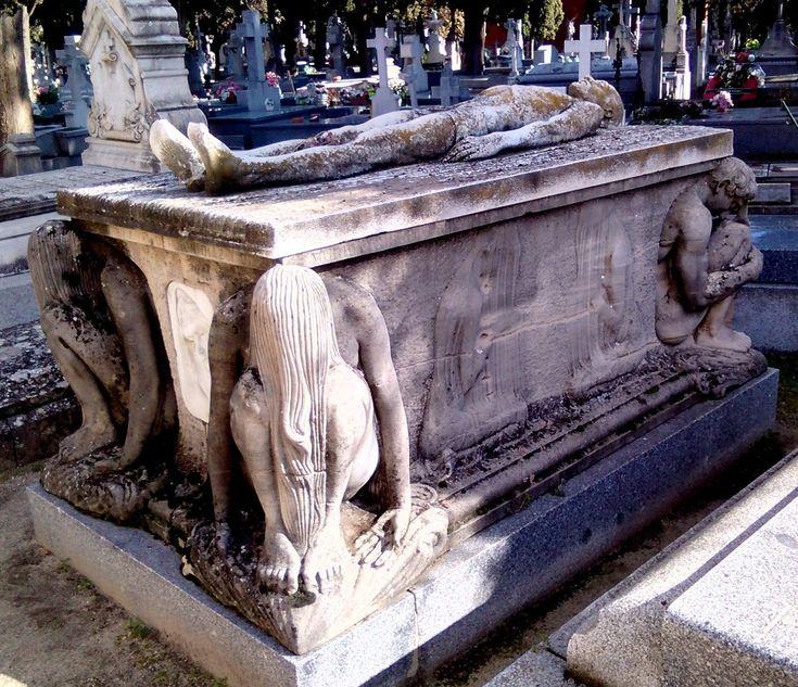 <p>Espectacular sarcófago en el Cementerio de Santa María (Madrid). Foto: Javier Jara.</p>