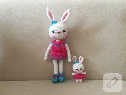 Örgü oyuncak tavşan kız ve yavrusu. 0 pamuklu iplikle örülmüş amigurumi oyuncak, uyku arkadaşı. Büyük tavşan 30 cm, küçük olan ise 10 cm civarıdır. Çamaşır makinasında...
