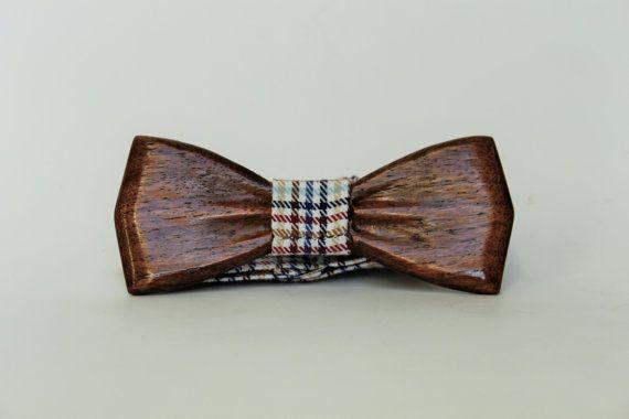 Bois Handmade Bow Tie Handcrafted Bois Bowtie  Description de lobjet: La conception unique et exclusive de cravates est quelque chose que vous avez jamais vu auparavant. Nous présentons comme une nouvelle façon dexprimer votre style, nous lavons créé pour vous dobtenir plus de vos tenues. Chacun de nos cravates est fait à la main avec des matériaux écologiques. Tous les matériaux sont recyclables. Chaque nœud papillon vient dans une boîte de marque qui est parfait pour le stockage et idéal…
