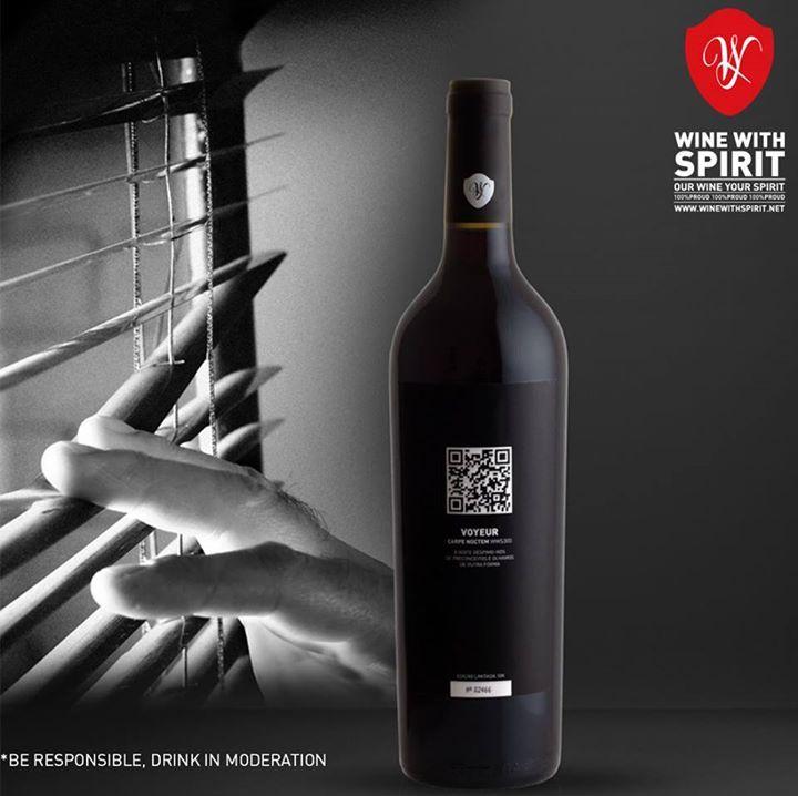 A prova de que o prazer de observar só é superado quando conseguimos tocar, sentir e saborear o objecto do nosso desejo... *** The proof that the pleasure of watching can only be exceeded when we can touch, feel and taste the object of our own desire.  Our Wine, Your Spirit #WineWithSpirit #saturday #vinho #wine #portugal #carpenoctem #voyeur