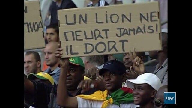 """""""un leon nunca muere solo duerme"""" - una muestra de en memoria de Marc Vivien Foe durante la final de la copa confederaciones entre Francia y Camerun, dias luego de la muerte de Foe"""