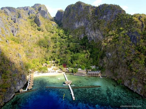 Which Philippine resort defeated Asia's 5-time title-holder in the 21st Annual World Travel Awards?