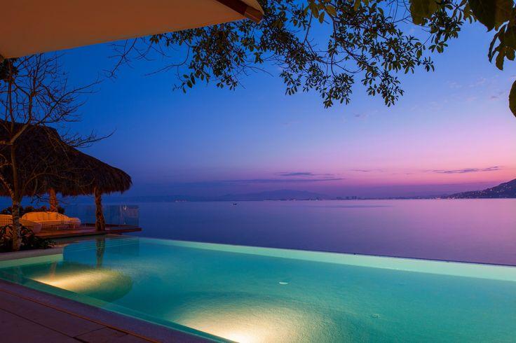 Se baigner et admirer la mer des Caraïbes par une chaude soirée mexicaine: dans cette maison, c'est possible. #caribbean #infinity #pool #beachlife #luxuryhome #luxurylifestyle #waterfront #sea #villa #poolside