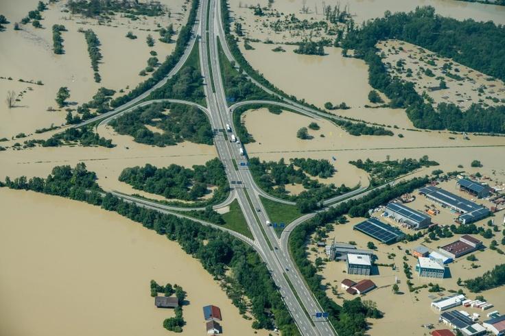 Even the Autobahn became a victim of the brown masses of water.  Gallery: http://www.welt.de/vermischtes/article116839363/Ueberflutungen-nach-Dammbruch-in-Deggendorf.html