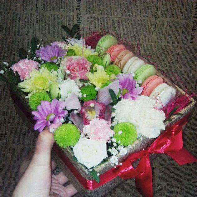 Прелестная Коробочка ручной работы с цветами и печеньем
