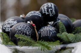 de permanente krijtletters en zwarte ondergrond, geven deze kerstbal een stoere look; r m
