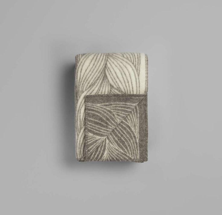 Norsk ull, 100% norsk produksjon og tett samarbeid med Skandinavias ledende designere og tekstilkunstnere har gjort pledd fra Røros Tweed til et av de mest velrenommerte helnorske kvalitetsprodukter.