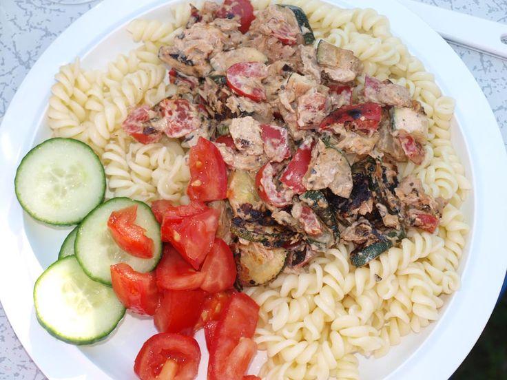 Vis gaat er op vakantie altijd goed in. Kook op de camping eens pasta met tonijn, courgette en paprika. Snel klaar en gezond. Lees nu het recept.