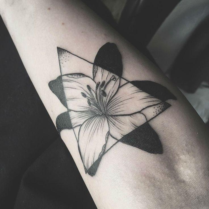 24 Symbolic Lily Tattoo Ideas