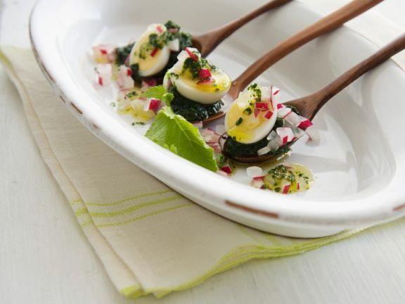 Wachteleier mit Bärlauchpesto und Radieschen ist ein Rezept mit frischen Zutaten aus der Kategorie Pesto. Probieren Sie dieses und weitere Rezepte von EAT SMARTER!
