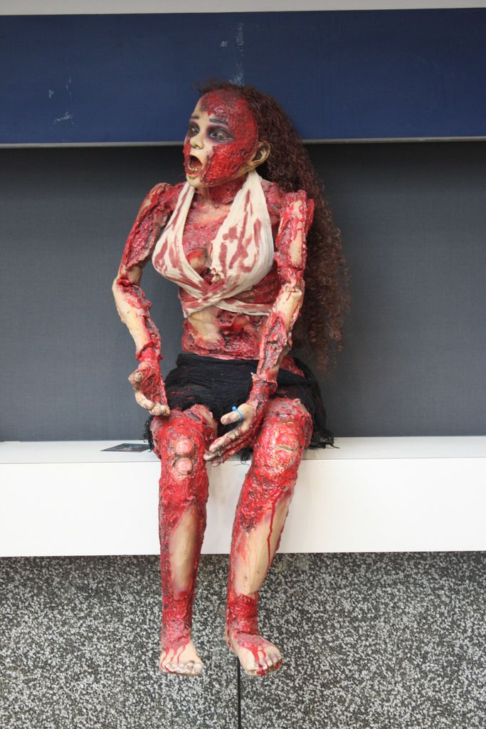 ... Montreal Comiccon 2014: A creepy zombie mannequin   by pikawil100