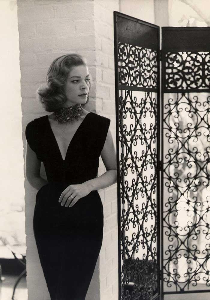 Lauren Bacall en robe noire décolleté