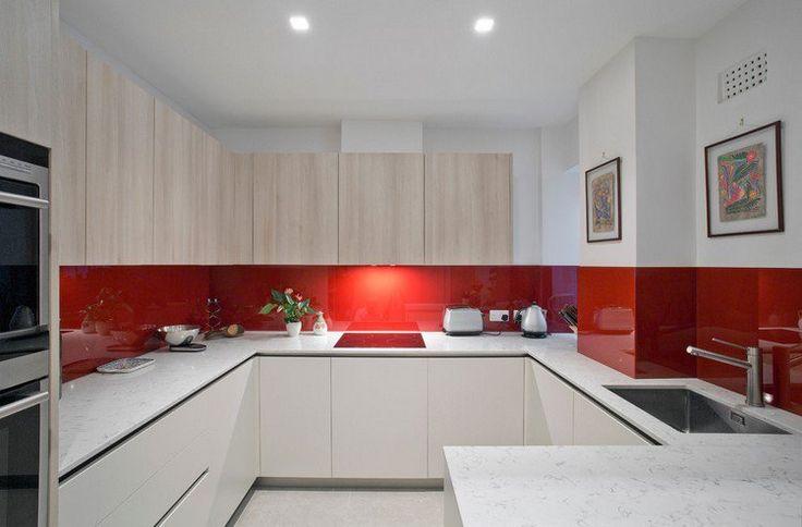 cuisine en U blanche et rouge avec plan de travail en marbre blanc