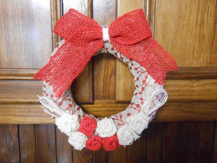 Ghirlanda di Natale d'appendere  con fiocco rosso e fiori bianco e rosso, idea regalo., by Le gioie di  Pippilella, 18,00 € su misshobby.com