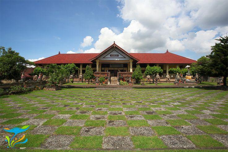 Museum yang berada di salah satu sisi Taman Kerta Gosa.