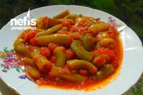 Biber Kavurması Tarifi Yarım kilo yeşil biber 4 tane büyük boy domates 5 yemek kaşığı zeytinyağı 5-6 diş sarımsak Tuz 1 su bardağı su Biber Kavurması Tarifi'nin Yapılışı Öncelikle biberlerimizin çekirdeklerini güzelce temizleyip biberlerimizi uzun uzun olacak şekilde dilimliyoruz.Biberlerimizi büyük bir tavanın içerisine alıp üzerine kabukları soyulmuş domateslerimizi küp küp doğruyoruz.En son olarak üzerine zeytin yağını gezdirip 10-15 dakika kadar biberlerimizi domatesin suyu ile…