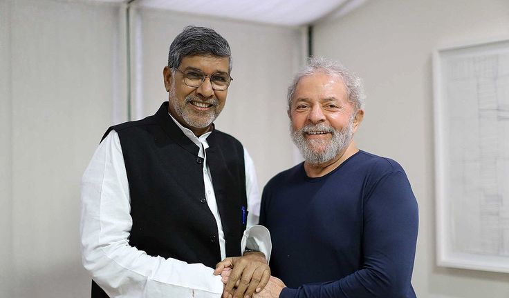 """Indiano Kailash Satyarthi, Prêmio Nobel da Paz em 2014, convidou o ex-presidente Luiz Inácio Lula da Silva para integrar um conselho formado por outros vencedores do Prêmio Nobel e também por outros líderes mundiais; objetivo do conselho é reunir """"vozes morais"""" importantes para discutir a erradicação do trabalho infantil e assegurar a garantia dos direitos das crianças em nível mundial; """"Essa voz moral estaria incompleta sem o senhor"""", disse Satyarthi; """"Você é mais i..."""