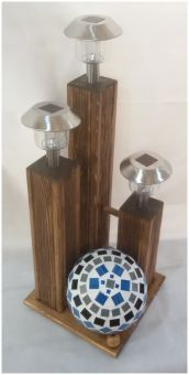 Dekor Holzsäulen auf Podest mit Solar Lampen und handgefertigter Mosaik Kugel