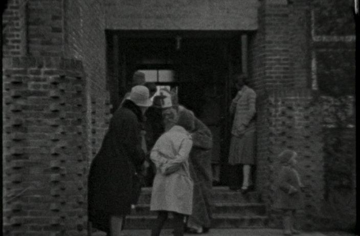 Video: SINTERKLAAS OP SCHOOL (1927) - Amateurfilm van Ir. J. Knoop Pathuis over een bezoek van Sinterklaas aan een school. Div. ext. shots van kinderen bij de school en van Sinterklaas op een schimmel en zwarte piet op een ezel, wegrijdend op een bosweg.