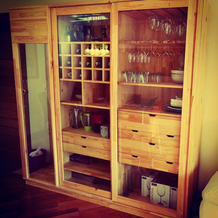Vitrina en madera maciza de pino con acabado natural. Diseño personalizado y propuesto bajo las necesidades del cliente.