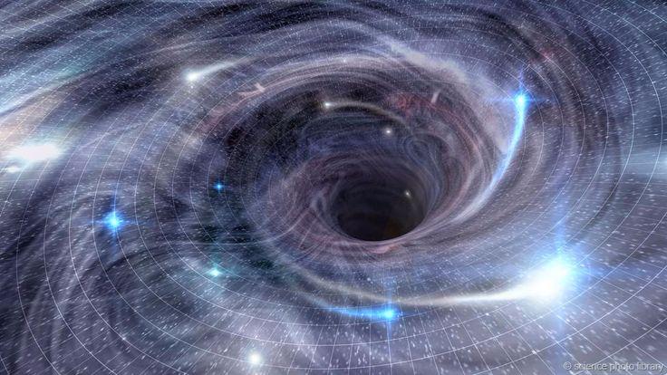 Los agujeros negros son lugares extraños. Si cayeses dentro de uno, pasarían cosas difíciles de explicar. No sólo desde tu punto de vista, si no desde el de alguien que te observase caer en el interior de uno de ellos... #astronomia #ciencia
