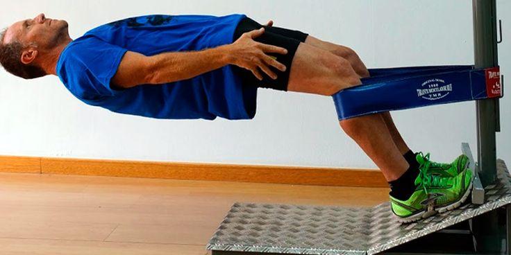 Salvador Vila, realizando un ejercicio de abdominales concentrico en la tarima EVO1 con un Tirante Musculador RF Barcelona