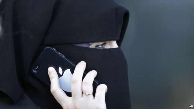 Seorang perempuan memakai niqab atau cadar di Meaux, bagian timur Paris. (Foto: Dok)