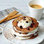 Een heerlijk en gezond pannenkoeken recept: The Best Ever Chocolate Chip pancakes met banaan en kokos! Het beslag is tevens glutenvrij en suikervrij!