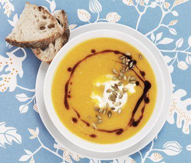 Pumpasoppa med getost och rostade pumpakärnor, en fyllig soppa med butternutsquash som ögonbrynshöjare. Den milda pumpan kompletteras väl av den smakrika getosten och soppan får ett fint tuggmotstånd av de rostade pumpakärnorna som du toppar med.