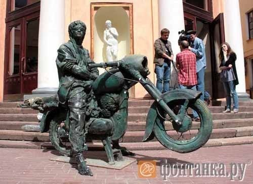"""Monument to Victor Tsoi, leader of the rock group """"Cinema"""", the idol of the Russian youth 90s. Moscow, Russia."""