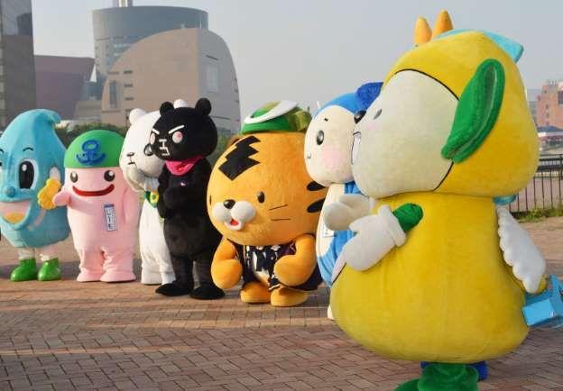 【熊本地震】 熊本に声援を送るマスコットキャラクターたち=北九州市小倉北区で2016年5月26日午後5時41分、高芝菜穂子撮影
