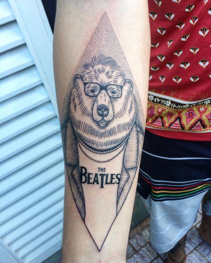 Tatuagem de urso com camisa dos beatles feita por Djorgenes Martins no estilo pontilhismo. #tattoo #tatuagem #pontilhismo #dotwork #urso #beatles