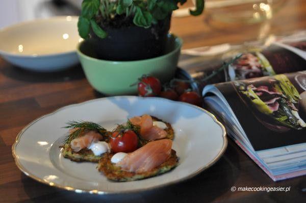 placki z cukini z łososiem    http://www.makecookingeasier.pl/na-obiad/placuszki-z-cukinii-opatulone-lososiem/