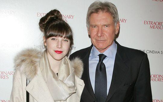 Ahí donde lo veis, un tipo duro como Harrison Ford, que ha interpretado a Indiana Jones y Han Solo en el cine, se viene abajo cuando tiene que hablar de la enfermedad de su hija. Y no es para menos, porque la enfermedad de un hijo es una de las peores cosas de sobrellevar para un padre. Ver sufrir a
