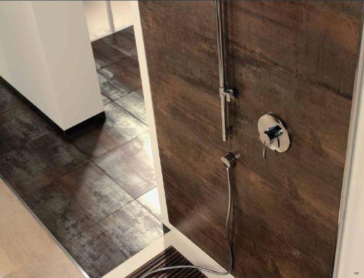 Roestige tegels op de wand en de vloer in de badkamer!