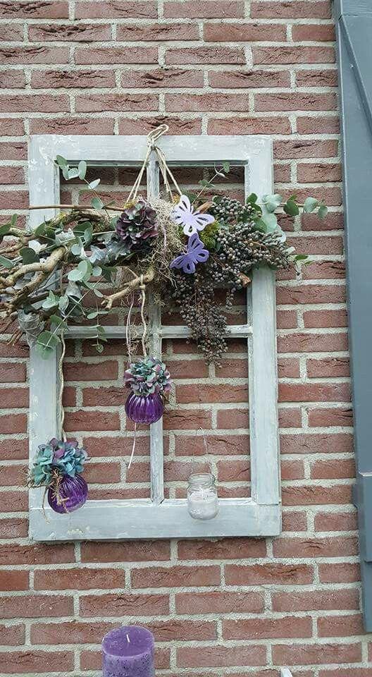 Oud raamwerk met bloemen