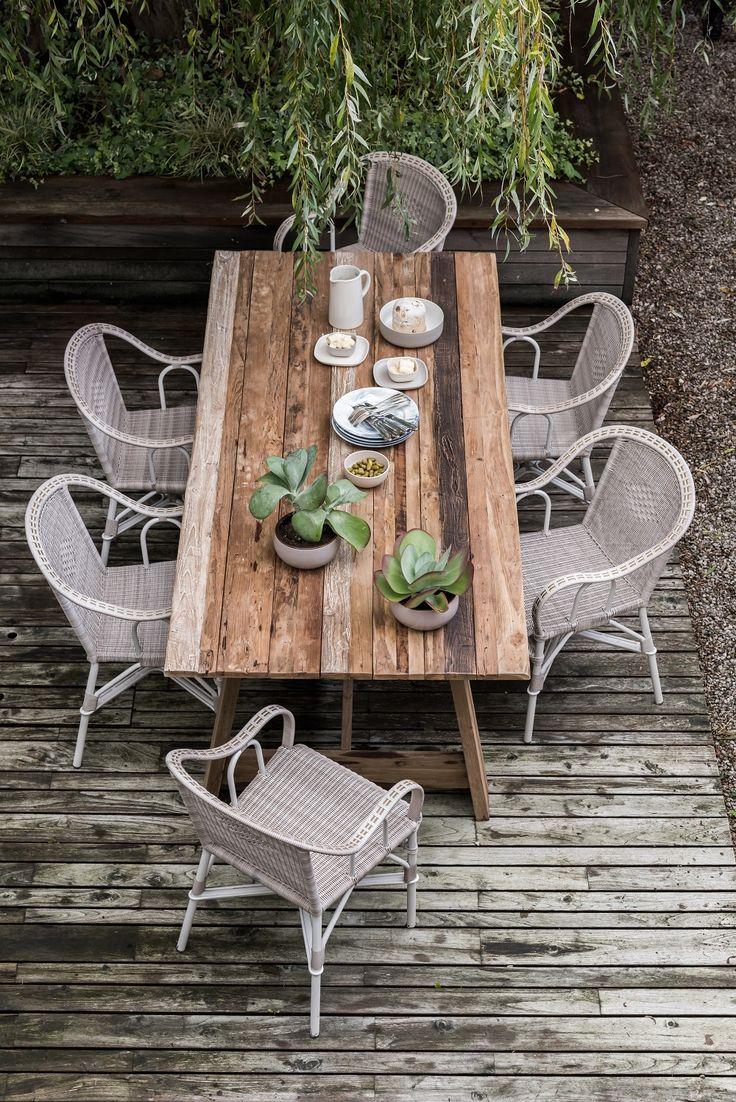 Table en teck recyclé effet vieille grange et fauteuil de jardin effet rotin tressé