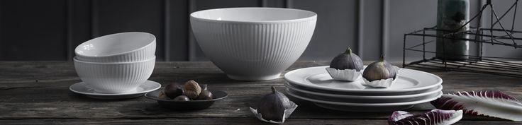 Plissé har fået sit navn efter det fine riflede mønster, der pryder ydersiderne på skåle og kopper og kanterne på tallerkenerne.