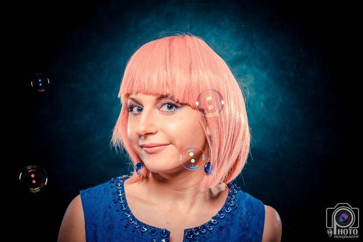 женский портрет, розовый парик, мыльные пузыри