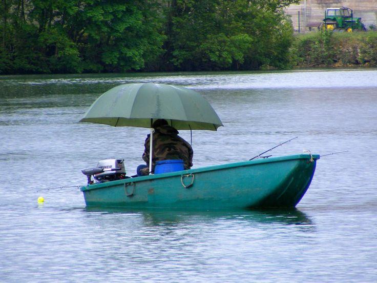 Pêcheur pêchant le silure au petit matin