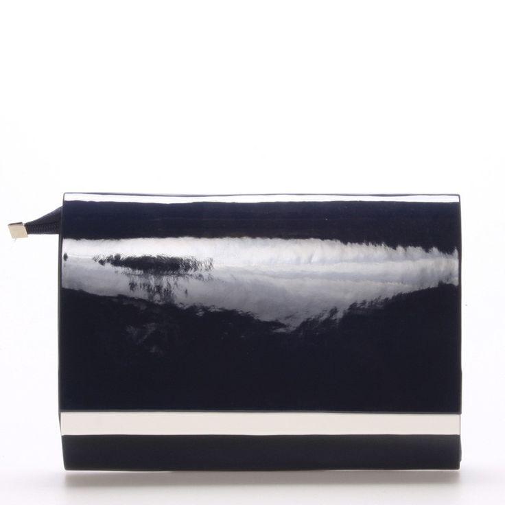 #psanicko V jednoduchosti je krása. Modré lakované psaníčko Royal Style s bílým detailem na klopě, která je na magnetický cvoček. Je stvořeno k doplnění vaší elegance při všech společenských akcích. Uvnitř je menší kapsička bez zipu. Součástí kabelky je odnímatelný pásek v barvě psaníčka. Psaníčko lze nosit v ruce nebo s páskem přes rameno. Novinka!