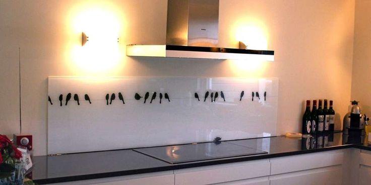 Med en glassplate kan du lage en kjøkkenvegg utenom det vanlige.