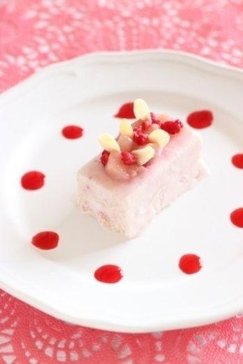 こちらもピンクが可愛い桃のセミフレッド。 女の子に喜ばれそうなセミフレッドですね。 桃のコンポートとラズベリーを使った甘酸っぱい一品です。