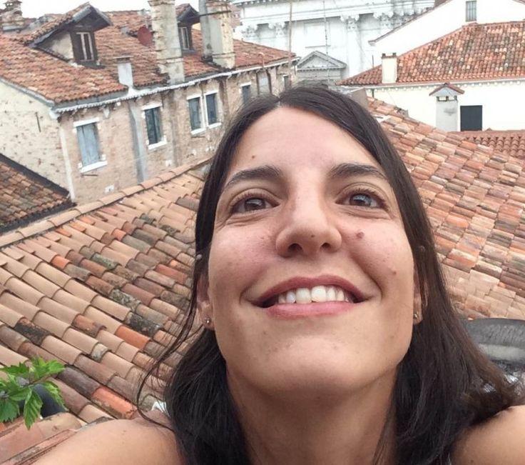 Ho restaurato Giotto, gli Scrovegni, Tiepolo...Non trovando lavoro, poco fa ho aiutato un amico a Venezia a pitturare una barca a vela. Il maestro d'ascia all'interno del cantiere mi ha notata e mi ha presa a lavorare con lui. Tra stare a casa e non far niente e fare un mestiere (che non è il mio ma ci assomiglia), ho preferito accettare.. Stefania Favaretto su #slowwords  http://www.slow-words.com/it/stefania-restauratrice-di-barche-per-necessita/