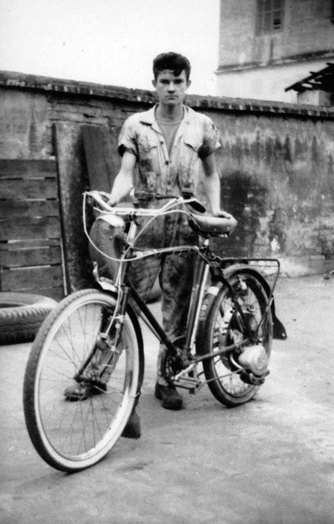 https://flic.kr/p/71ySWc | Minha Bike Motorizada / Zaguinho da Chevrolet/ Anos 50 / Cortesia Afonso Celso Bueno do Prado | Essa foto veio com a seguinte nota do Celso: foto do Sr.Antonio Zago (Zaguinho da Chevrolet) com sua bicicleta motorizada dos anos 1950